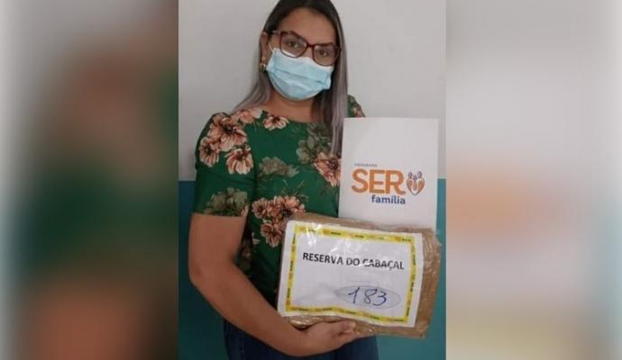 Secretária de Assistência Social Michele De Freitas recebe em mãos 183 cartões do programa Ser Mais Família Emergencial e serão entregues as famílias do Cadastro Único